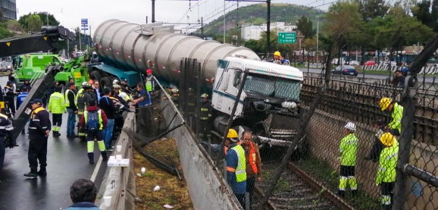 Tráiler se impacta contra muro del Metro Tepalcates; suspenden servicio en la estación