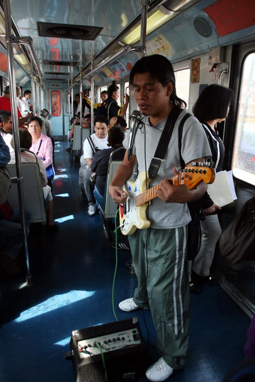 Rescata personal del STC Metro a usuario en vías de la Línea 5