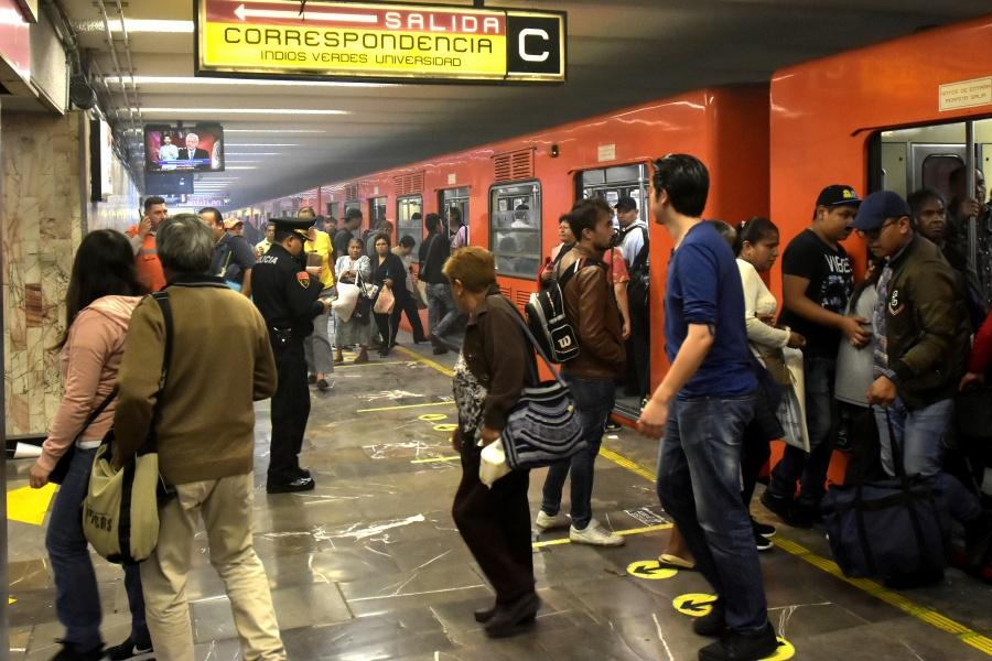 Lluvia genera avance lento en Metro de la CDMX