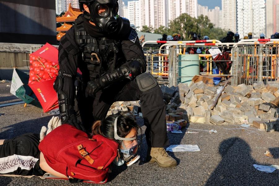 Policía de Hong Kong dispara a adolescente en medio de protestas