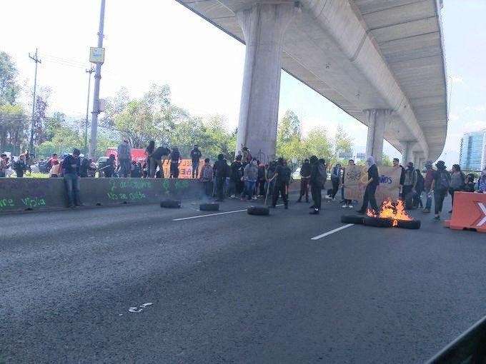 Encapuchados bloquean Periférico y queman llantas a la altura de Insurgentes