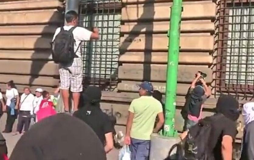 Anarquistas realizan destrozos en marcha del 2 de octubre