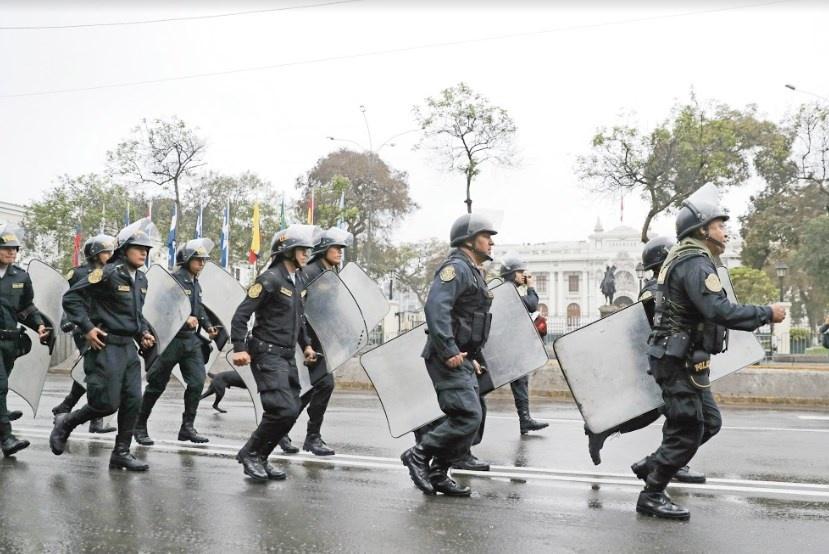 Ejército y Policía de Perú cierran filas con Vizcarra