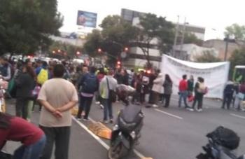 Manifestantes bloquean avenida Chapultepec para exigir indemnización de estudiante