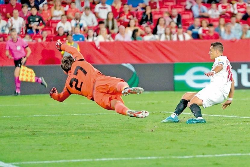 Chicharito anota su segundo gol consecutivo con Sevilla