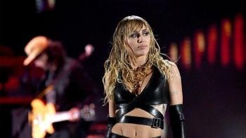 Miley Cyrus comparte un tierno beso con el ex de Gigi Hadid