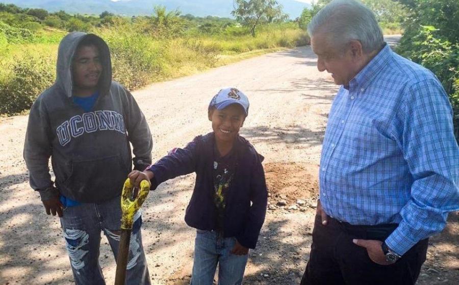Amlo regaña a Cuauhtémoc Blanco por estado de carreteras