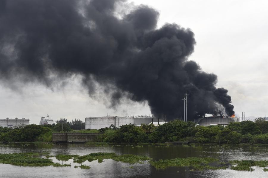Estalla tanque de combustible en complejo Pajaritos; controlan incendio