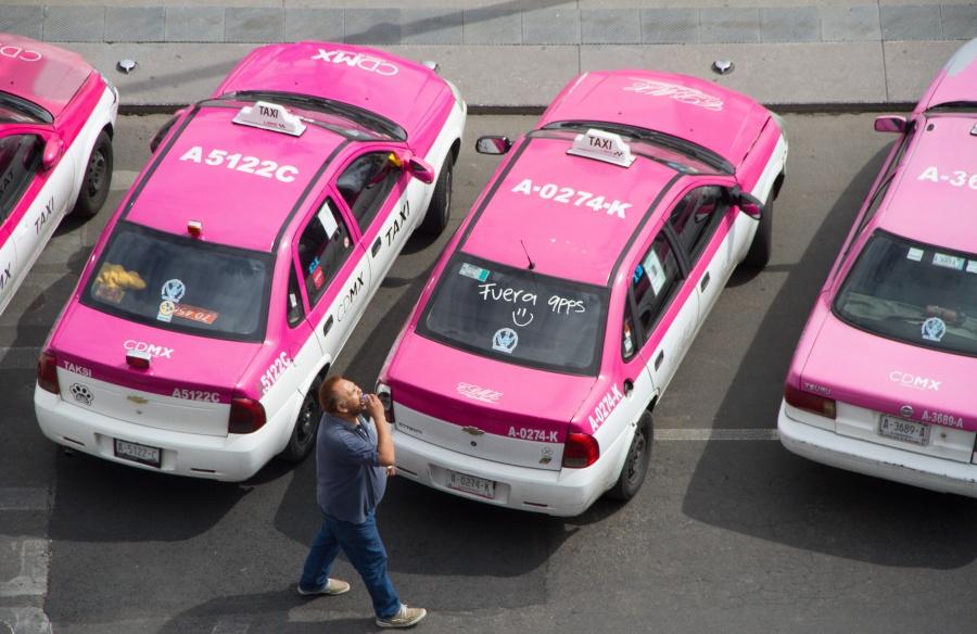 Bloquean taxistas ambos sentidos de Paseo de la Reforma