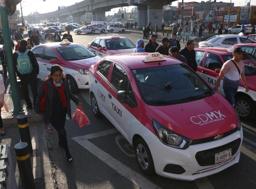 Aprovechan alta afluencia de pasajeros taxistas que sí brindan servicio