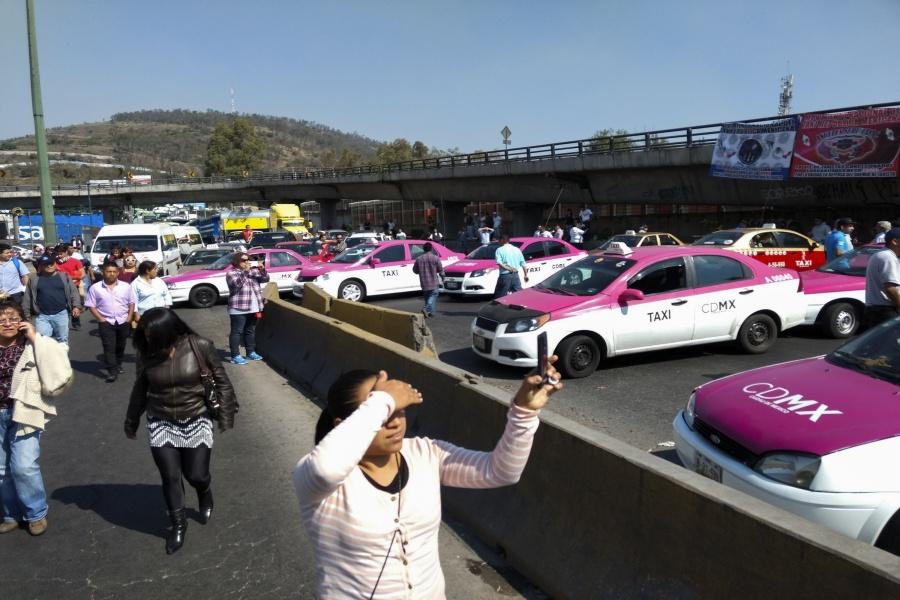 Salen taxistas de Indios Verdes rumbo al Ángel de Independencia