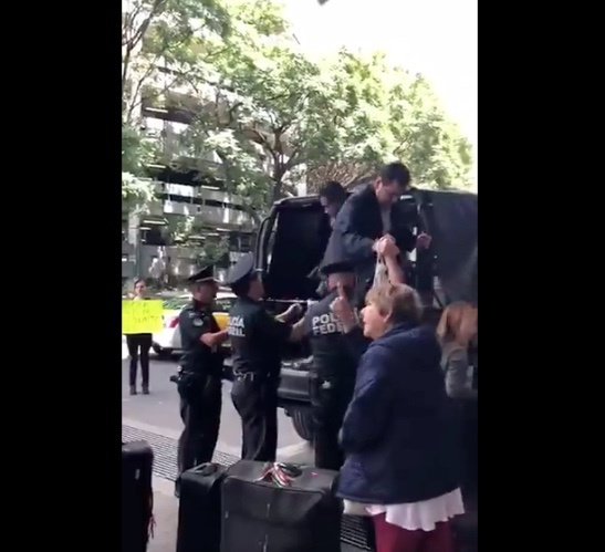 """Policía Federal da """"aventón"""" a usuarios varados en el AICM"""
