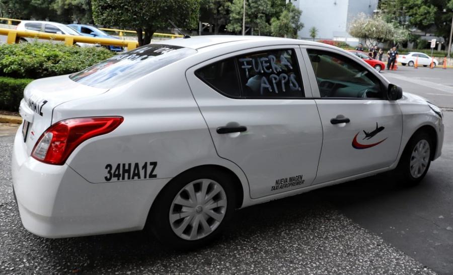 Taxistas abren circulación en la Terminal 1 del AICM
