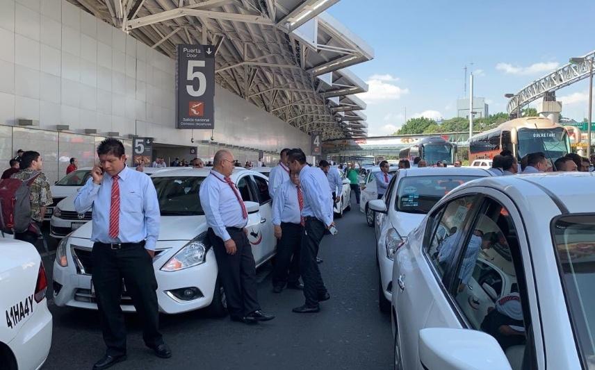 Taxistas bloquean accesos de la Terminal 1 del AICM
