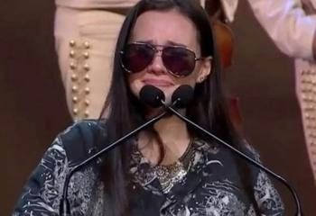 Redes critican a Sarita Sosa por tomarse selfies con fans en homenaje a José José