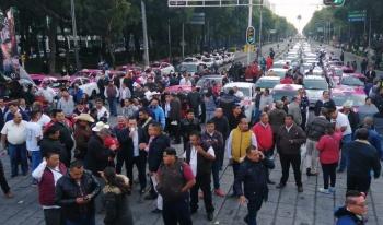Taxistas generan caos en vialidades de la capital; cercan el Ángel de la Independencia