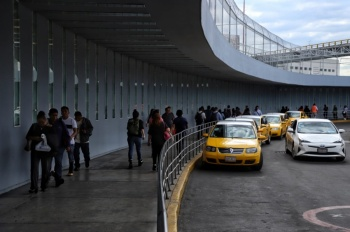 Aeroméxico no cobrará cargos por cambio de fecha de vuelos por bloqueo de taxistas