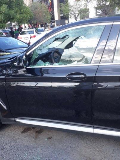 Sujetos atacan a balazos a automovilista en Plaza San Agustín en Nuevo León