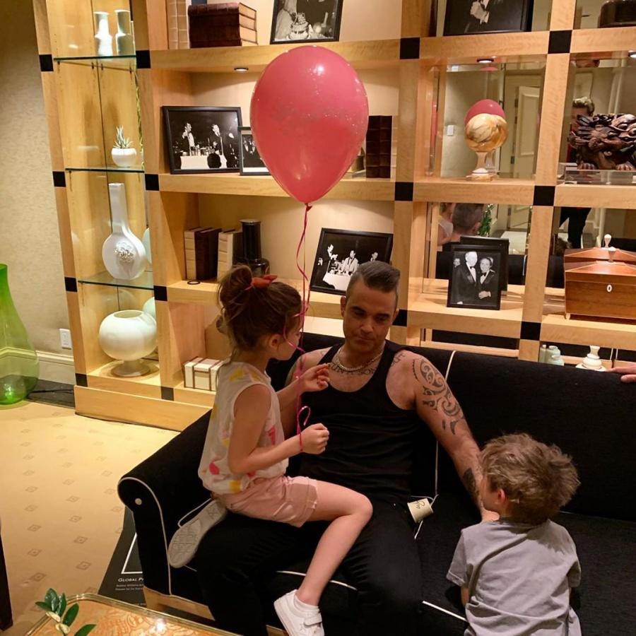 Robbie Williams es el crítico musical más feroz de sus hijos