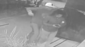 """Ladrón aplica """"llave china"""" a joven para robar su celular en Tlatelolco"""