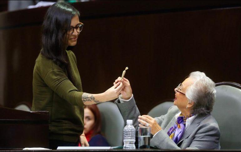 """Con un """"churro"""" le recuerdan a Sánchez Cordero su compromiso de legalizar la mariguana"""
