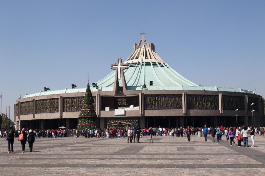 Fans de José José empiezan a llegar a la Basílica de Guadalupe