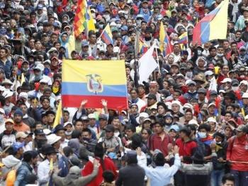 El presidente de Ecuador regresa a Quito; trabajadores e indígenas marchan