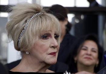 Anel Noreña despide a José José entre porras del público