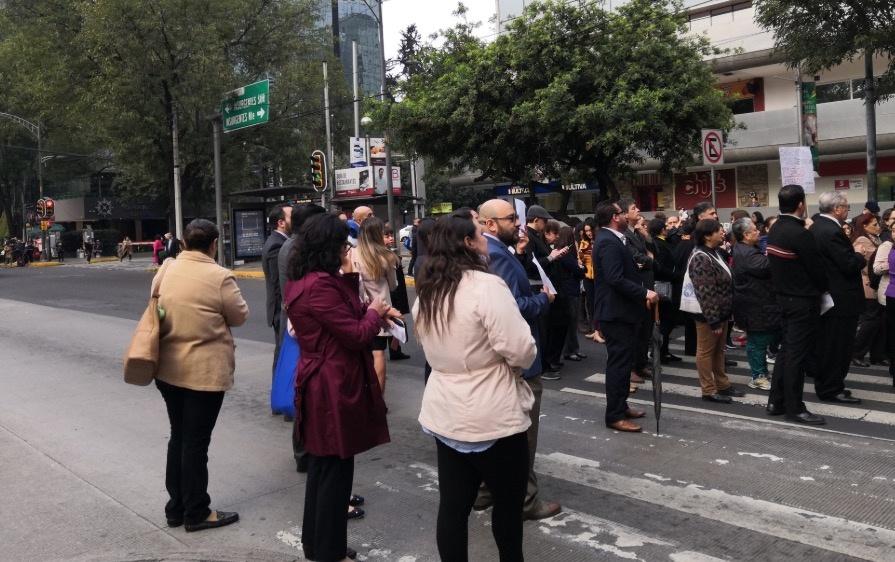 Manifestantes bloquean Altavista; afectan servicio del Metrobús
