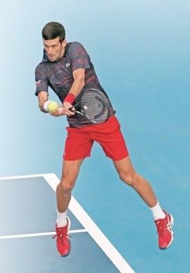 Djokovic inicia defensa de su título con victoria
