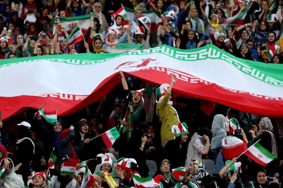 VIDEO: Mujeres iraníes asisten a su primer partido de fútbol en 40 años