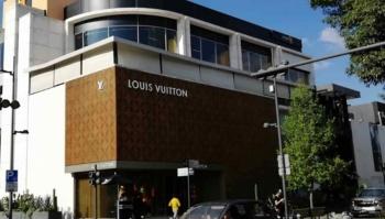 Acusan a la SSC de ocultar asalto a tienda Louis Vuitton en Polanco