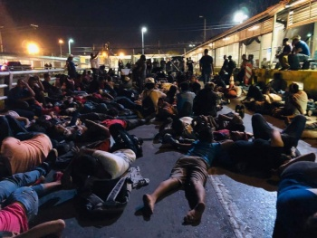Migrantes bloquean Puente Nuevo en Matamoros