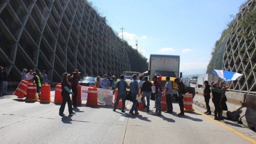 Manifestantes liberan autopista México-Querétaro