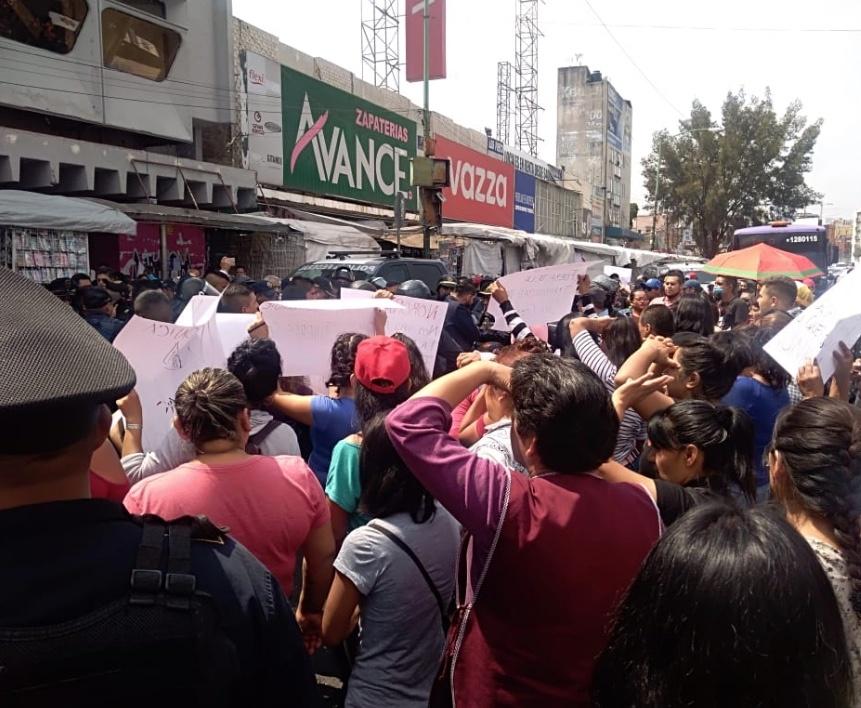Ambulantes y policías federales se enfrentan en San Cosme
