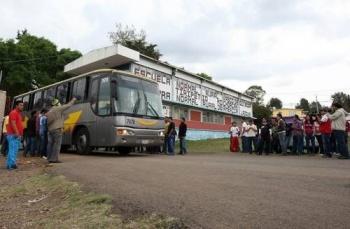 Normalistas en Michoacán retienen autobuses y obstruyen la carretera Morelia-Pátzcuaro
