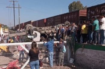 Tren embiste a camión de pasajeros dejando ocho muertos en San Juan del Río