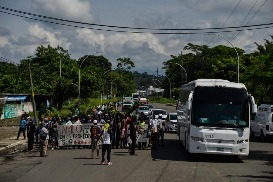 Otra caravana de migrantes sale de Tapachula en busca de llegar a EU