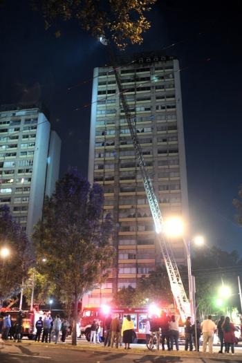 Incendio en Tlatelolco deja un muerto y más de 300 evacuados
