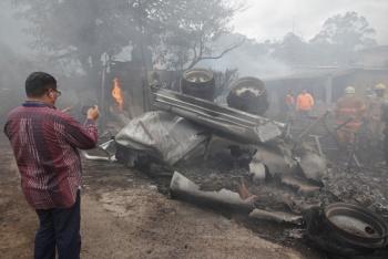 Incendio de pipa daña 10 casas y dos comercios en Honduras