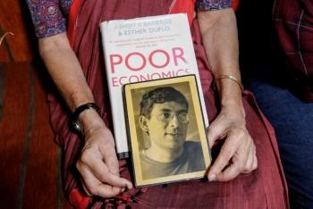 Otorgan Nobel de Economía a Abhijit Banerjee, Michael Kremer y Esther Duflo