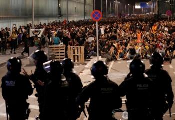 Disturbios dejan 37 heridos y 108 vuelos cancelados en Barcelona