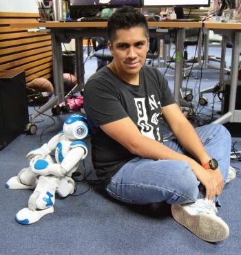 Estudiante del IPN replica movimientos humanos en un robot