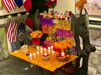 Presume embajador de EU en México, su ofrenda y gusto por la tradición del Día de Muertos