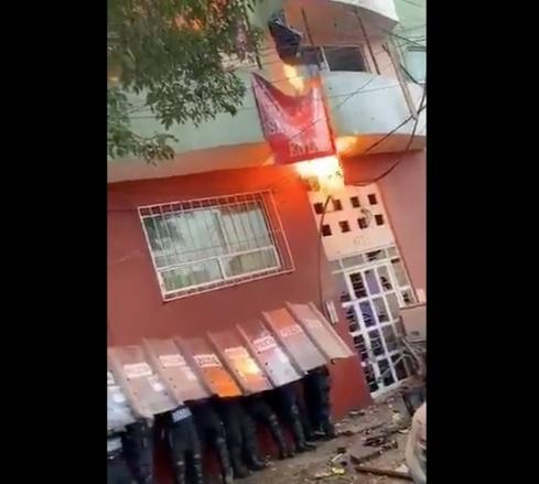 Inquilinos lanzan cobija incendiada a policías durante desalojo de Álvaro Obregón