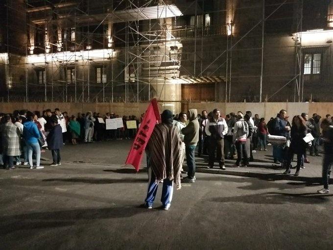 Profesores y médicos protestan afuera de Palacio Nacional
