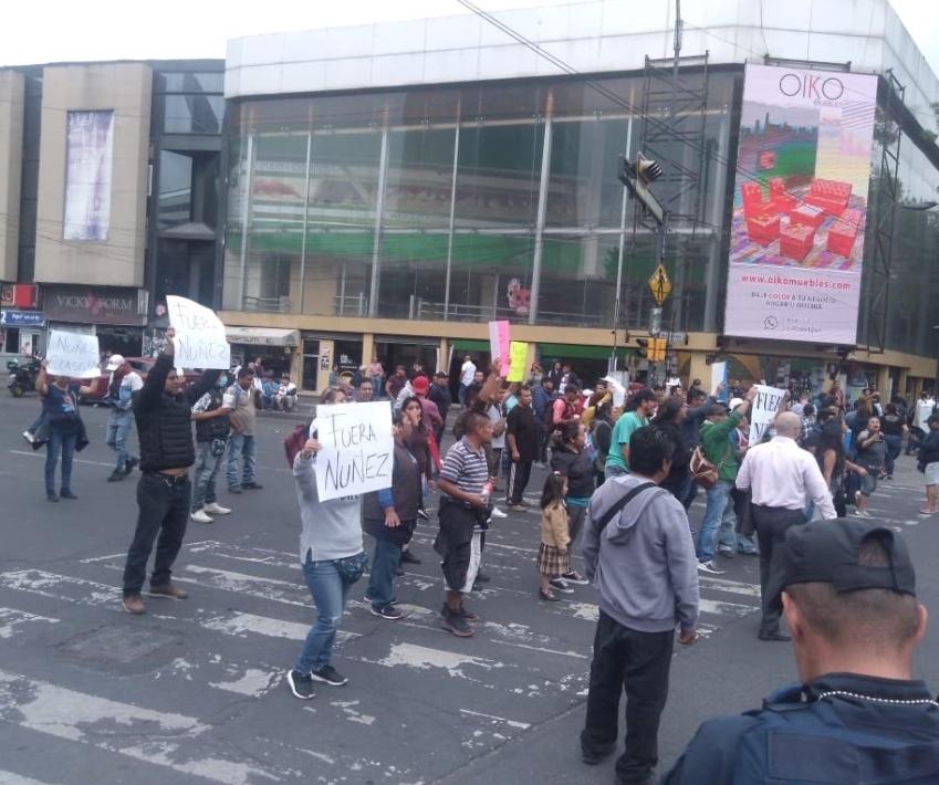 Ambulantes protestan afuera de Metro Chilpancingo por retiro de puestos