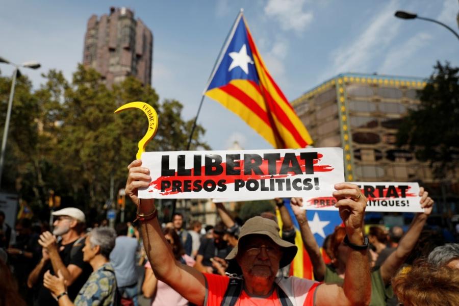 Suman 350 lesionados tras violentas protestas en Cataluña
