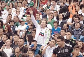 Retiran a 30 aficionados del Azteca por grito homofóbico
