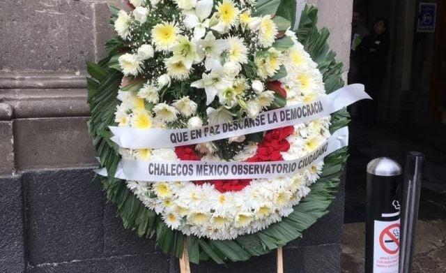 Grupos contrarios a Bonilla dejan corona de flores en puerta de Palacio Nacional